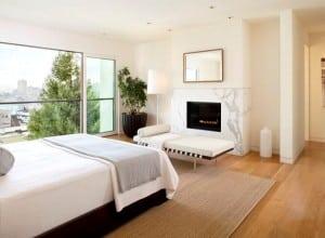 оформление спальни с камином