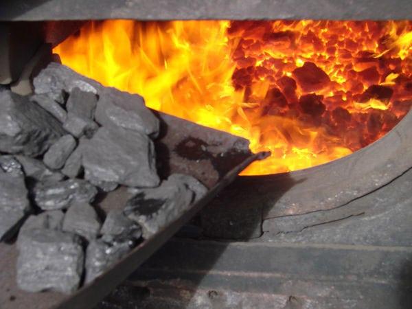 топить углём
