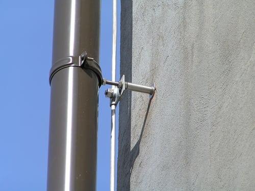 Как правильно закрепить дымоходную трубу на стене