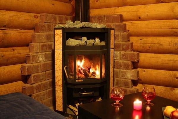 Угловая печь в деревянном доме