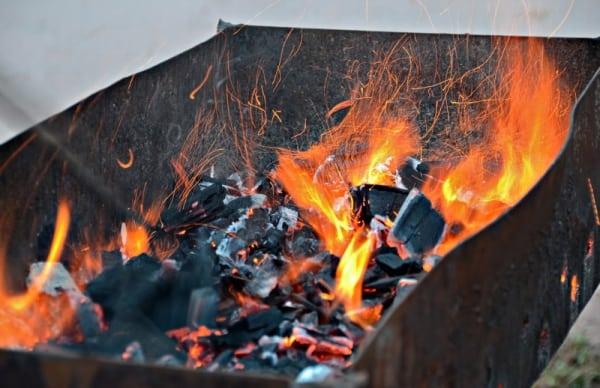 Уголь при розжиге